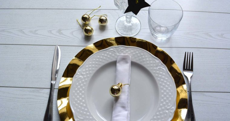 La tavola di Capodanno in black&gold: 3 idee per un segnaposto elegante e chic