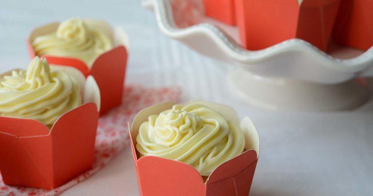 Cupcake alla vaniglia con frosting al cioccolato bianco
