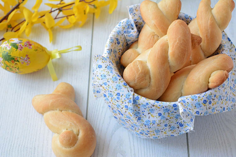 Coniglietti di pane all'olio per il pranzo di Pasqua