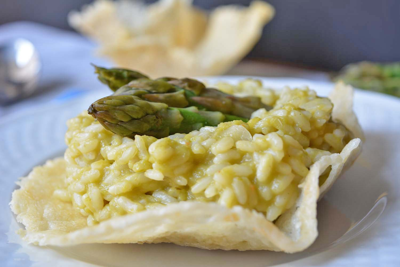 Risotto agli asparagi cremoso in cestino di parmigiano reggiano