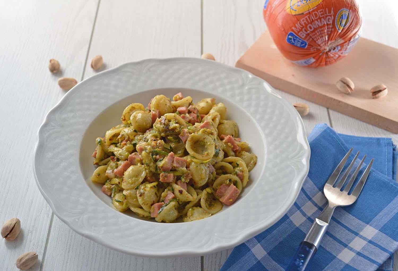 Orecchiette con pesto di pistacchi, zucchine e mortadella